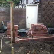 een tuinmuurtje in aanbouw