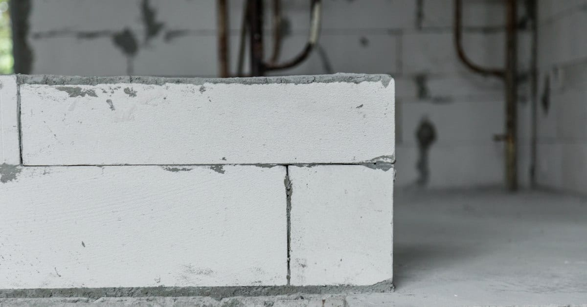 Metselspecie-onder-eerste-laag-gipsblokken